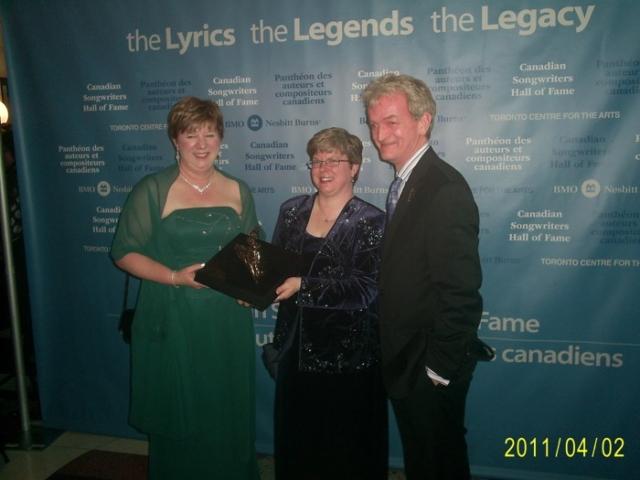Mickie Zinck & sister Tina accept the Frank Davies Award for Helen